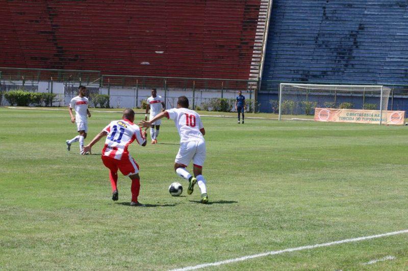 Juninho enfrenta a marcação de Kelven (Foto: Kiko Halfeld)