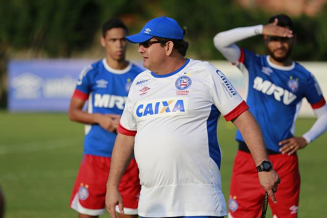 Guto Ferreira precisa escolher o substituto de Moisés na lateral-direita