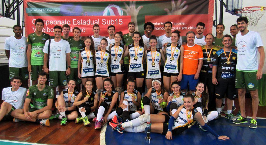 Equipe do Juiz de Fora Vôlei entrega as medalhas as equipes que estiveram no pódio