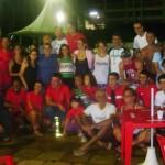 Nadadores, organizadores e torcida ao final das 12 horas de competição