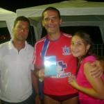 O professor Leandro Fiereck entrega troféu de 4º colocado aos representantes do Colégio dos Jesuítas