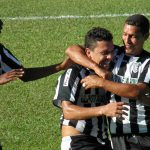 Emerson comemora o segundo gol da equipe de Laranjal no tempo regulamentar
