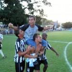 Merica, ex-jogador do Tupi e treinador do XV, é carregado em triunfo
