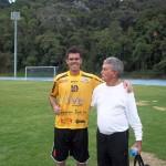 O abraço entre o ex-carijó Alexandre Alvim e Moacyr Toledo