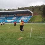 Antes de cobrar a penalidade máxima, Moacyr Toledo cumprimenta goleiro Gonçalves