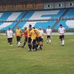 Moacyr Toledo é festejado depois do gol de pênalti pelo time de amarelo