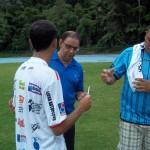 Allan dá autógrafo em camisa e conversa com torcedores