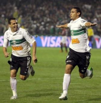 Read more about the article Coxa usa a cabeça e garante presença na segunda final consecutiva da Copa do Brasil