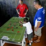 Sidney observa o neto Nycolas durante uma partida no Futrica (Foto: facebook do Futrica)