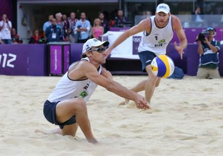 Read more about the article Londres 2012: Emanuel e Alison salvam match-point e estão na semifinal olímpica