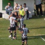 Jogadores do Tupi comemoram o primeiro gol no jogo, marcado por Léo Salino (Foto: Assessoria de Imprensa do Tupi)