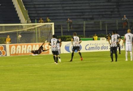 Read more about the article Galo joga bem e busca empate aos 45 do segundo tempo