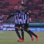 Diego Luis e Andrey comemoram gol do Tupi sobre o Joinville