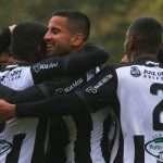 Jogadores do Carijó se abraçam na comemoração