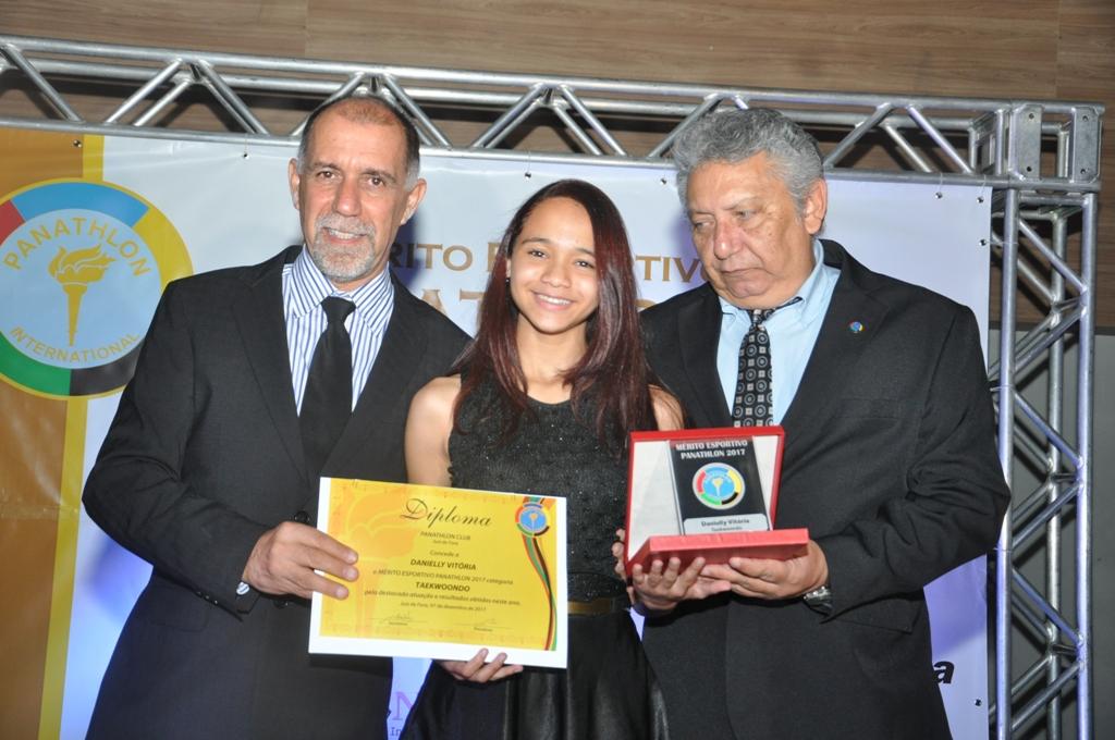 Cláudio Esteves, Danielly Vitória (Taekwondo) e José Alves Sobrinho (Panathlon Club JF)