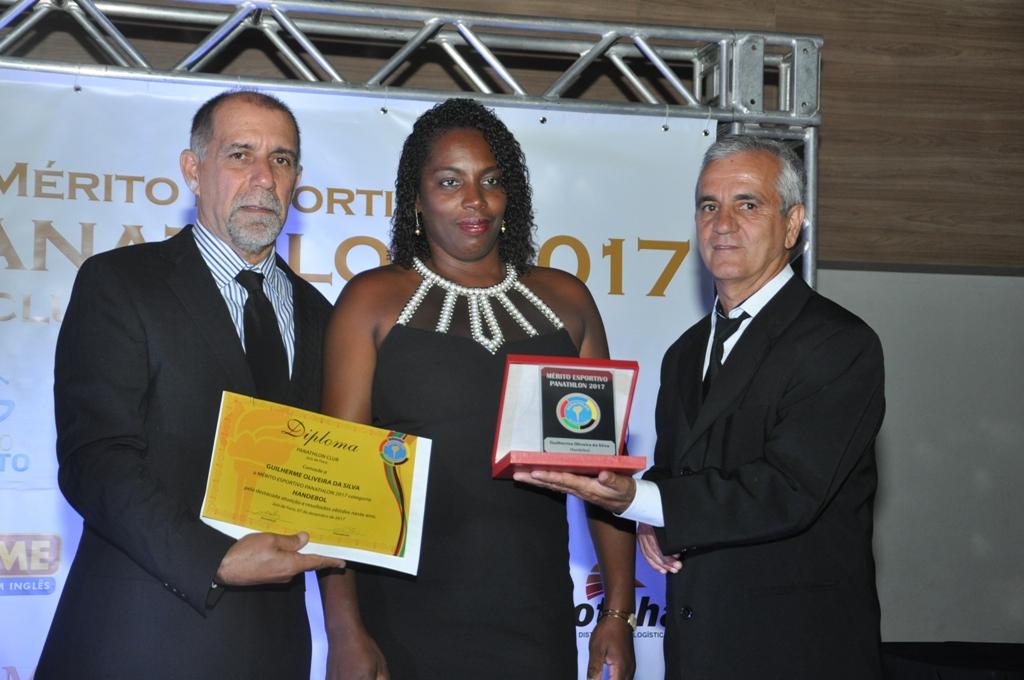 Cláudio Esteves, Elaine, representando Guilherme Oliveira (Handebol) e Eduardo Milione (Panathlon Club JF)