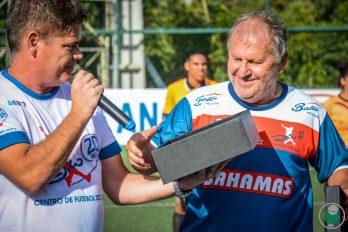 Diretor do Centro de Futebol Zico, JF, Léo Beire, entrega placa ao Galinho de Quintino antes de amistoso