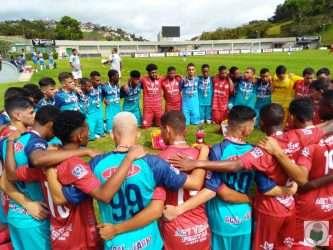 As duas equipes rezaram juntas após a decisão