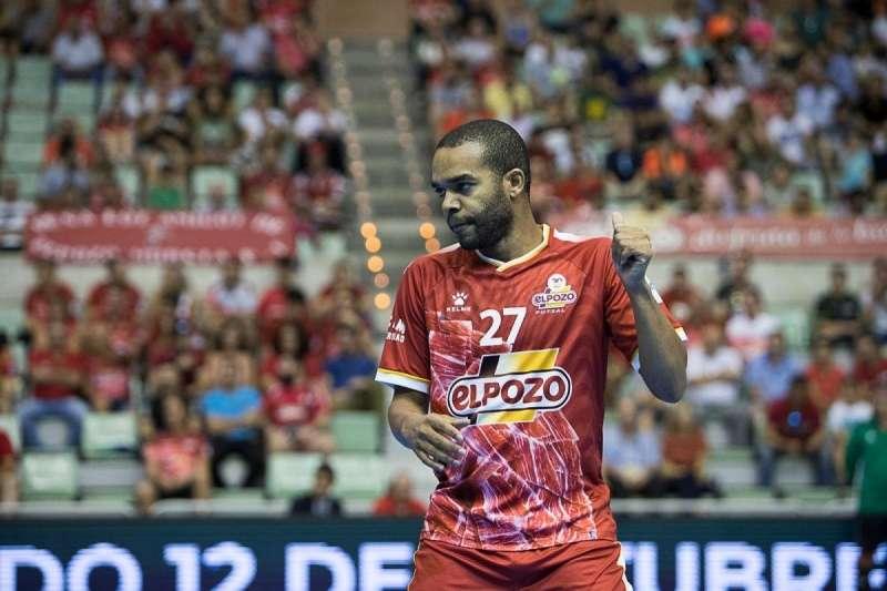 "Read more about the article ""Se queda""! Léo Santana vai renovar com o El Pozo"