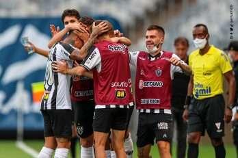 Vargas comemora o gol da vitória com o banco