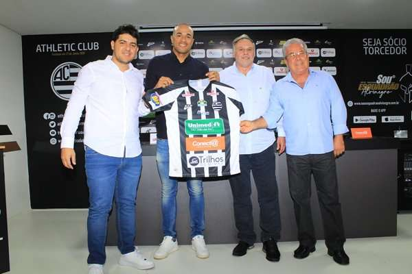 Professor Camisa 9: Roger assume o comando do Athletic Club